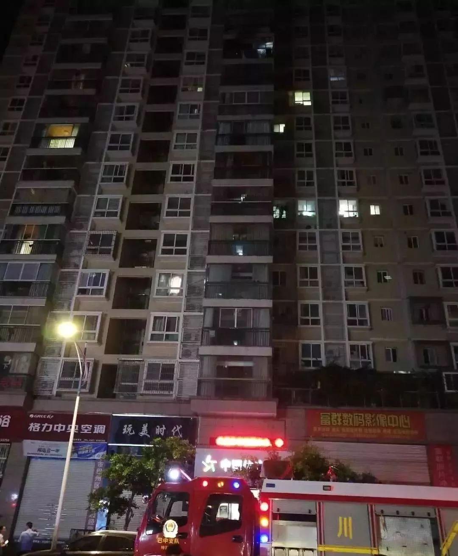 巴中丽景天城D区一住户家中发生起火事故,现场浓烟滚滚火势汹涌....