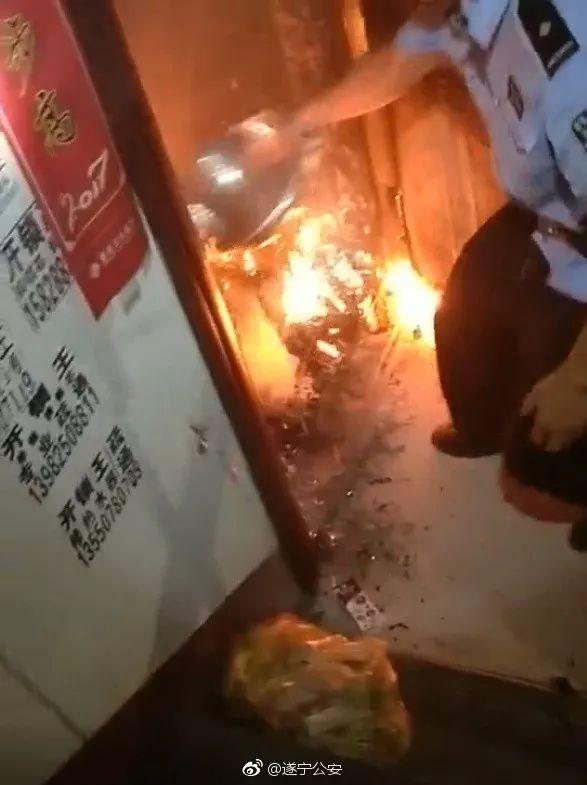 妈妈,我不想死!一年轻女子带着小孩点火自焚!