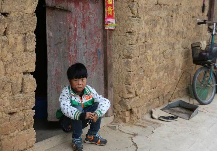 心疼!信阳一六岁男孩全身60%烧伤!又被母亲狠心的抛弃…