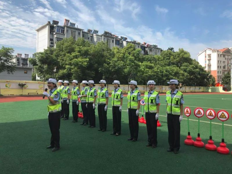 荆门市公安局交通警察支队女子中队民警走进石化三小,开通安全知识宣讲教育活动