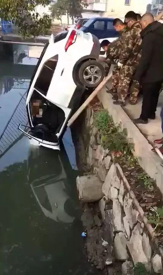 突发!六安一女司机驾车失控冲入河中……