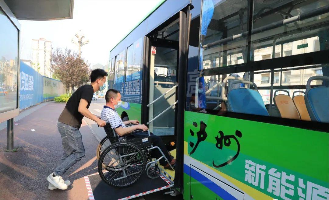 坐公交出行无障碍,泸州首次投入无障碍纯电动公交车!