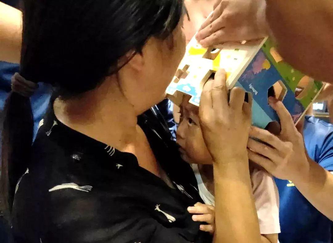 泸州两岁娃头部被玩具卡住,家长奔消防队求助...