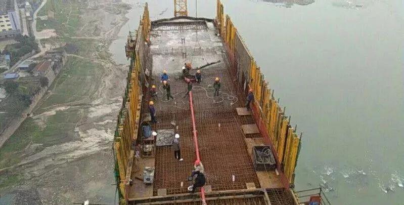 预留轻轨|长江二桥135米高的东岸主塔正式封顶