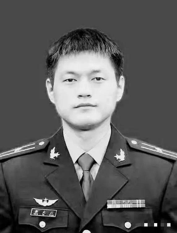 送别英雄!泸州年仅24岁的飞行员壮烈牺牲,魂归故里含泪送别!