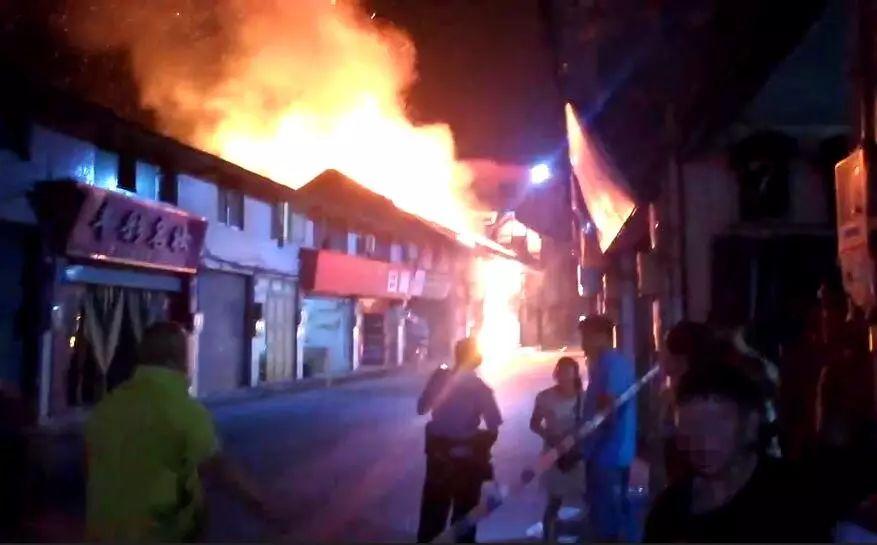 突发!泸州纳溪护国老街大火,十多间门市被烧