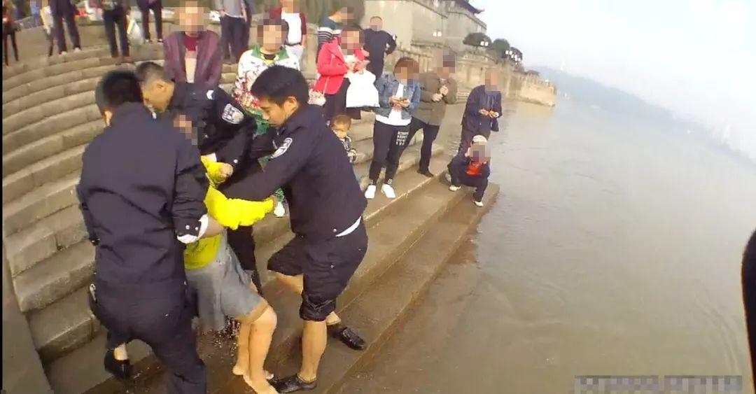 泸州女子因家庭琐事欲跳江,幸被民警成功救起