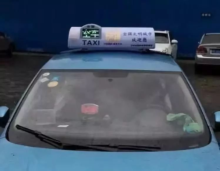 泸州1494辆出租车顶灯更换为彩屏,有动画效果