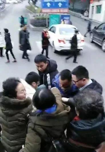 泸州一孕妇公交车上突然晕倒,众人抢救送医