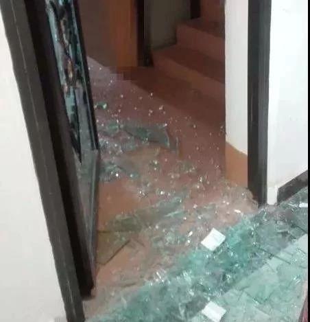 因不满分手,泸州女子手持灭火器将前男友店门砸坏