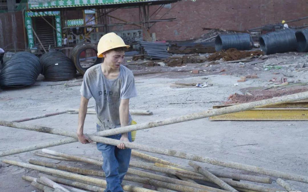 为继母筹医疗费,泸州19岁胰岛素男孩累倒工地