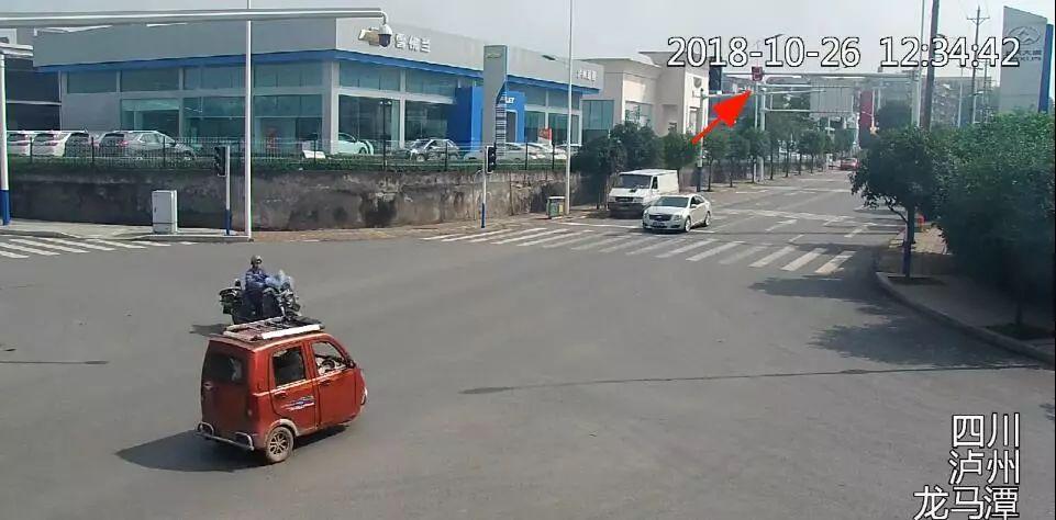 泸州十字路口三轮车闯红灯撞上摩托车,致驾驶员死亡