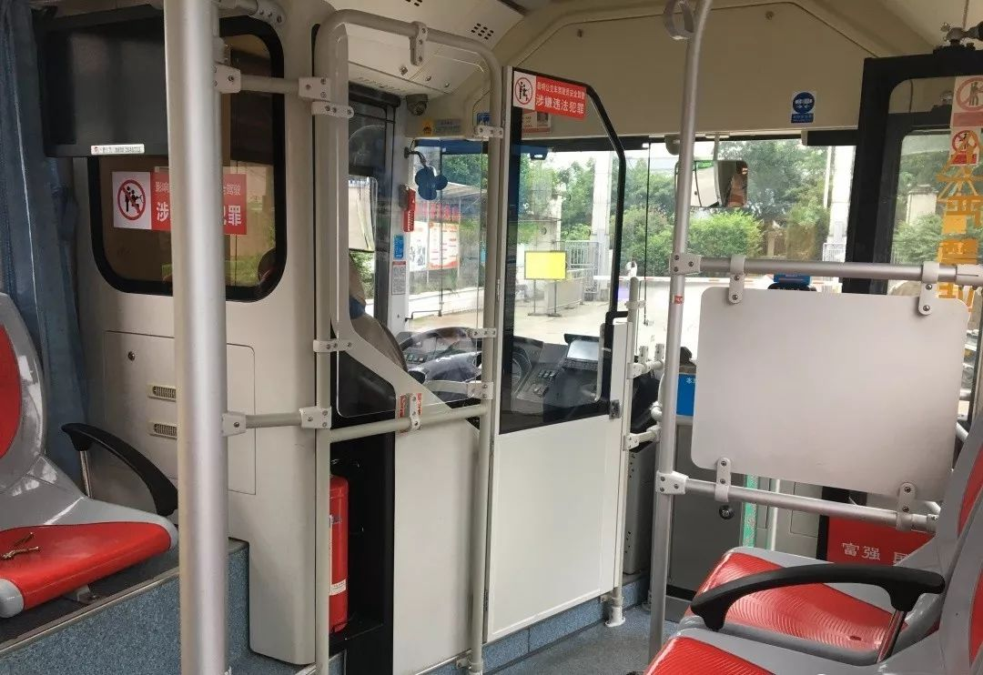 泸州新款公交车安全隔离门亮相,年底前所有公交车标配!