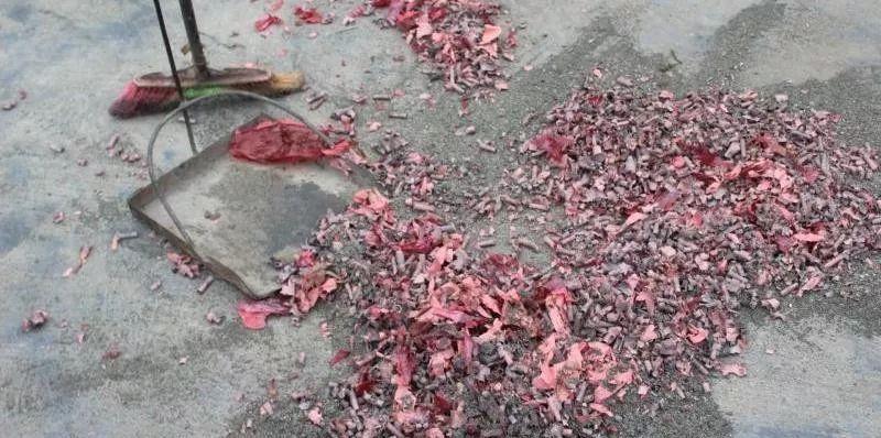 """泸州男子清明节想""""作死"""",加油站旁燃放烟花爆竹"""