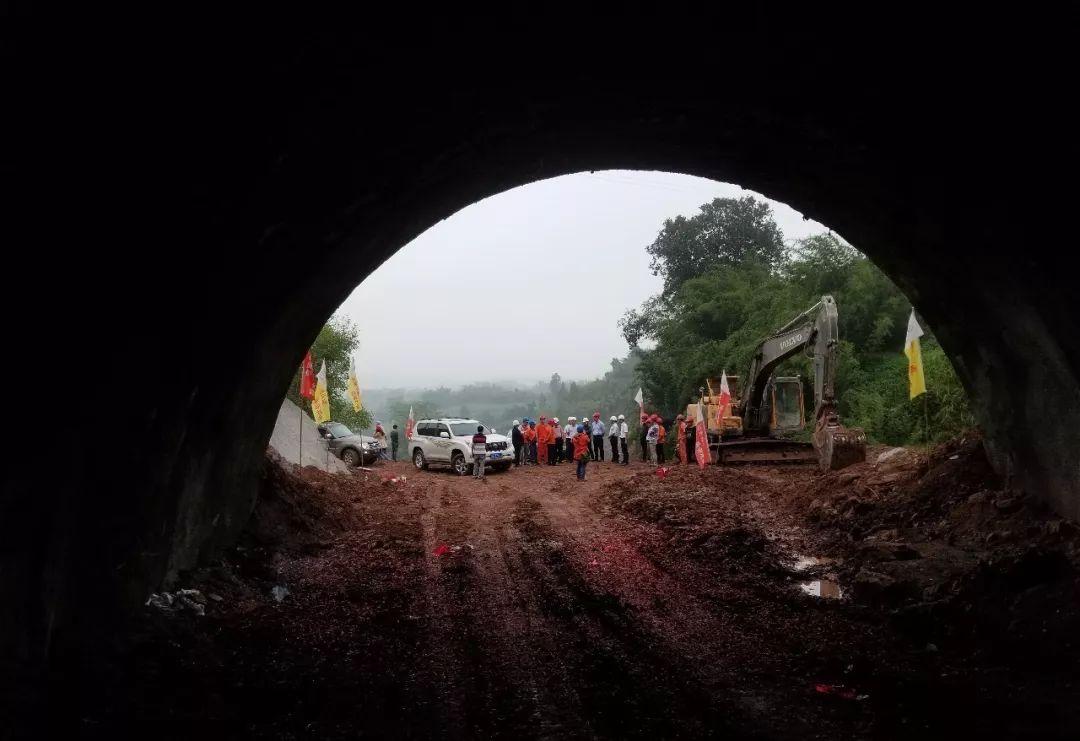 ��道546��{溪至赤水段窖金山隧道�通