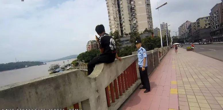 泸州17岁男生为爱跳桥,幸民警及时营救,避免了悲剧发生