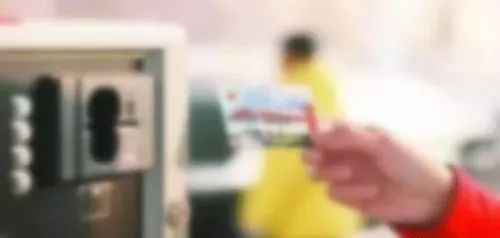 男子捡到加油卡一阵猛刷,结果被警察盯上了!