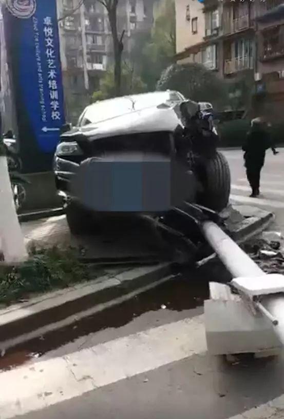 泸县周边事错把油门当刹车,豪车把电桩都撞翻了!
