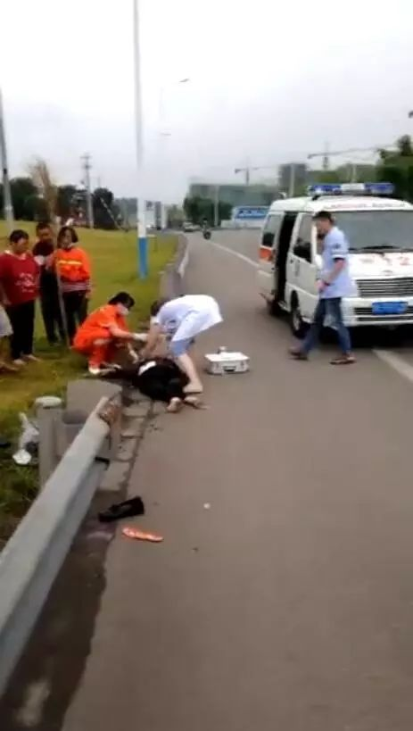 泸州泰安大田坎公交车站一小车撞倒3老人致2死1伤