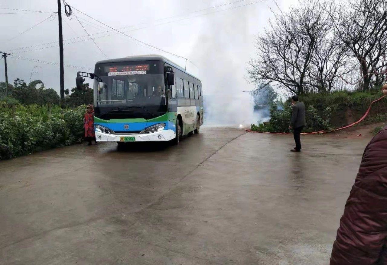 泸州公交342路延伸两公里,当地村民放200米鞭炮欢迎