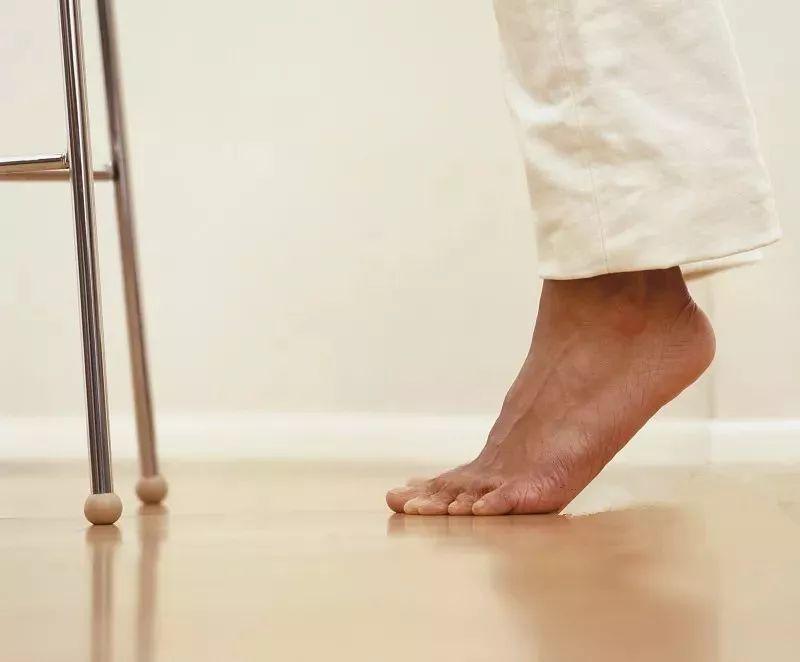 低头踮脚,补肾气,治腰痛:这个小动作,就是这么神奇
