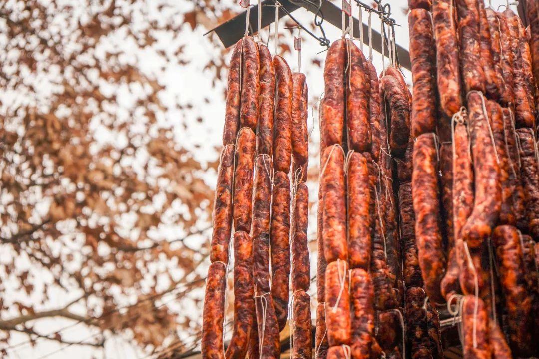 仁寿人的年味:杀年猪,熏腊肉,灌香肠,看完口水流了一地...