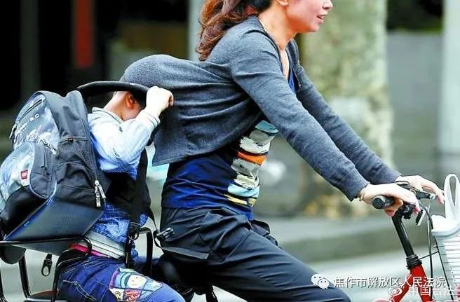 【以案普法】全职妈妈无偿替朋友接送孩子致其意外受伤,是否需要担责?法院判了!》