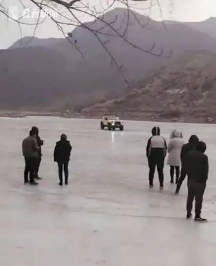 教��K痛!�_�冰上玩漂移,冰面�_裂��v落水3人不幸身亡!司�C已被刑拘!