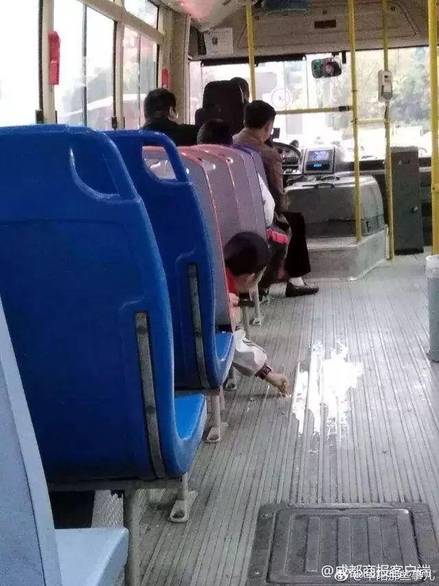 公交急刹豆浆打翻在地,没想到小学生竟然这样做……