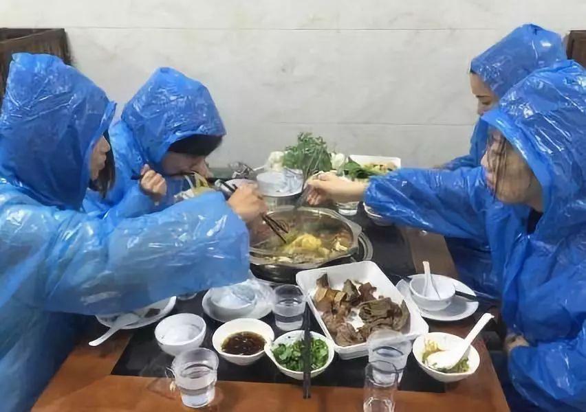 4个姑娘吃火锅,照片惊呆网友:吃货界高手!