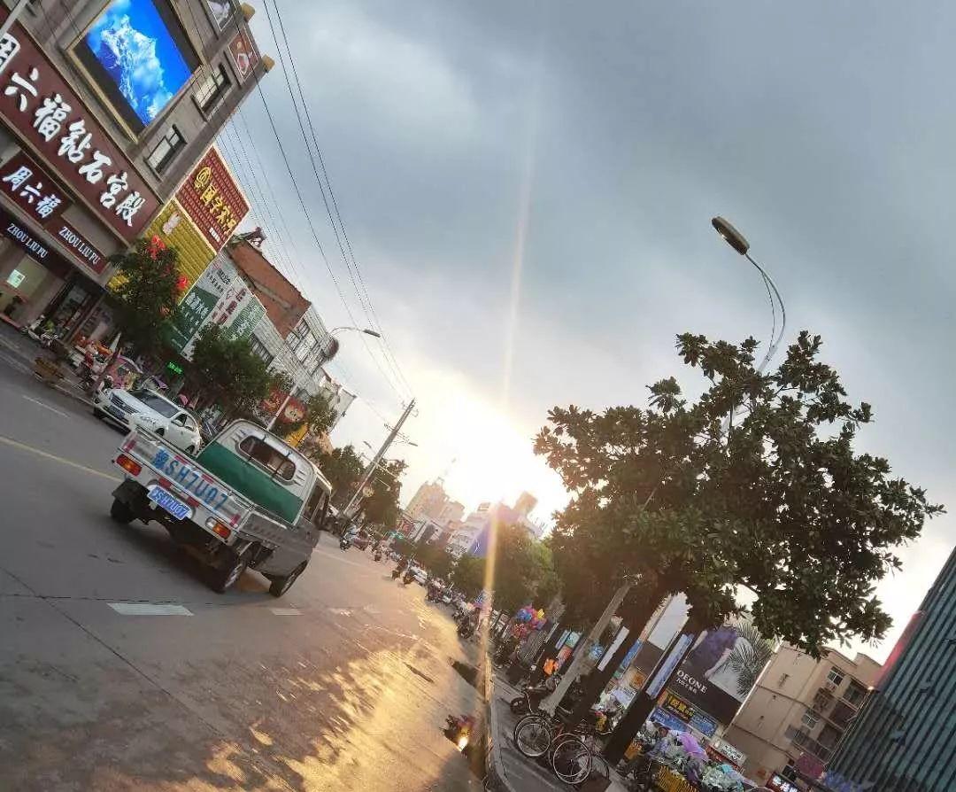 雨后夕�罩著商城