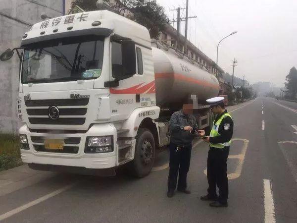 """夹江交警在""""百日安全""""专项行动中查获各类交通违法9100余起"""