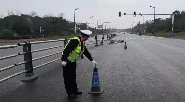 泸州一司机撞断隔离护栏逃逸,交警通过监控查出肇事者