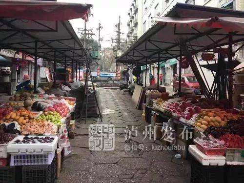 你在这买过东西吗?泸州这片20多年的路边水果摊被依法取缔