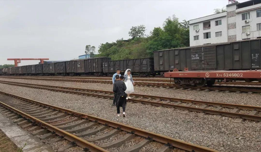"""铁轨上拍照就不会""""出轨""""?泸州货运铁路也是有尊严的……"""