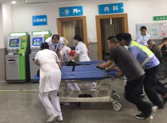 """女子腹痛忍一忍,结果""""血管破裂""""尿出全是血!台州4位不同学科专家连夜展开生死营救"""
