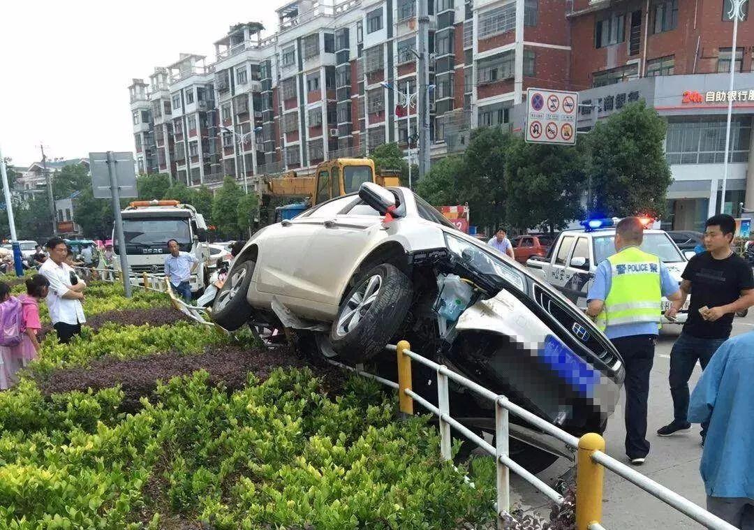 【现场视频】25日下午望江钟楼附近发生一起翻车事故