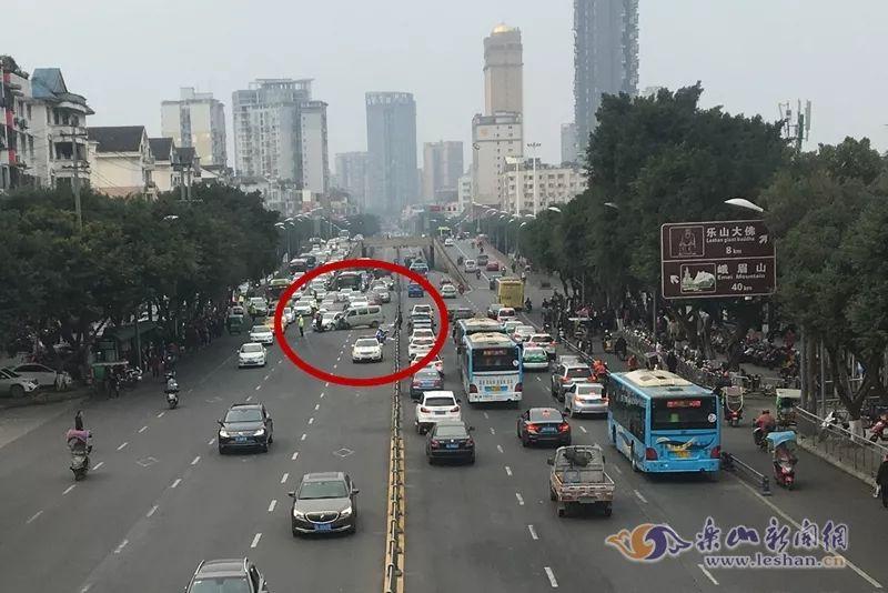 突发!今天下午长江市场外发生一起车祸
