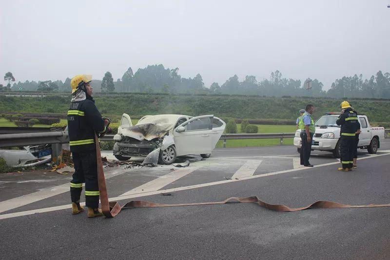 今天早上,一轿车撞上高速路匝道护栏起火……