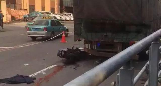 锦州汉口街两男子骑摩托车追尾箱货,当场身亡!