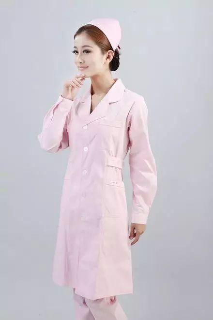 手术室医生为啥不穿白大褂?看完这篇你就懂了