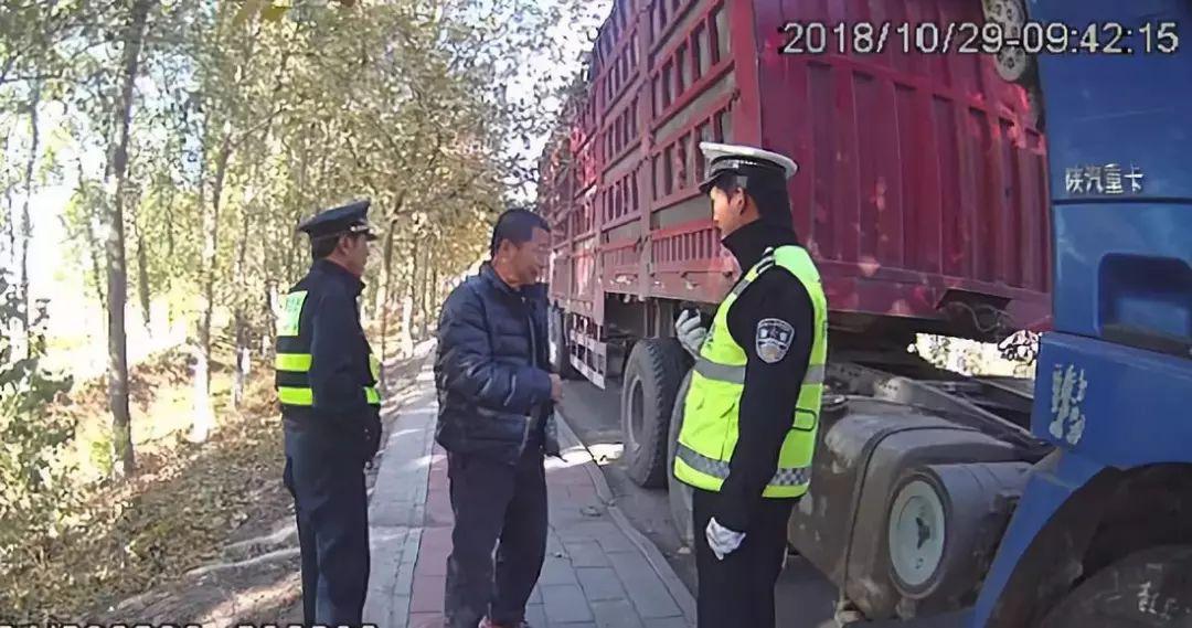货车拖行交警7公里,最后被逼停!闯卡逃费要追究刑事责任…