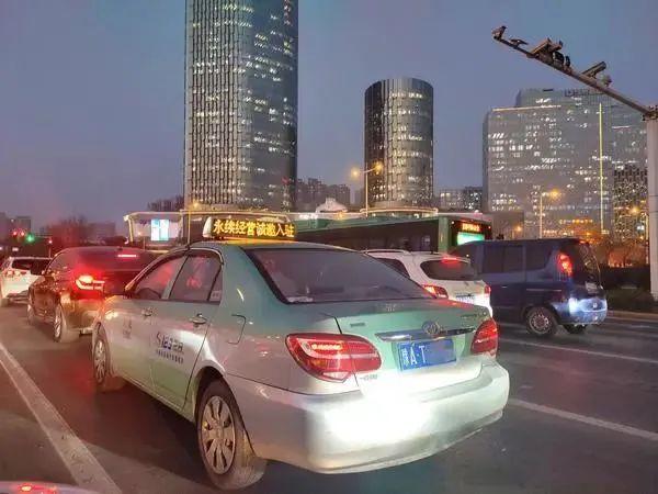 """@所有人,郑州出租车起步价迈入""""10元""""时代!"""