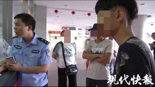 "17�q男孩�}城���W友,一句""我��不合�m""后流浪街�^"