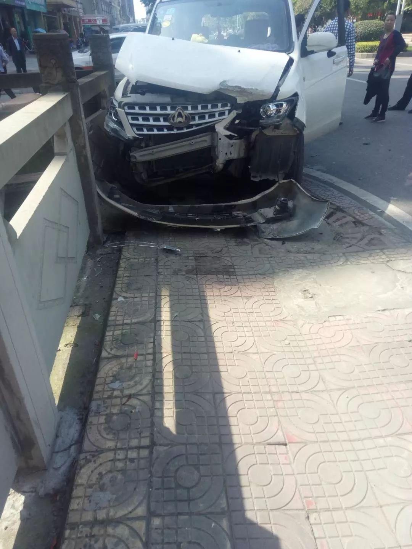 网友爆料:车头撞得稀烂!夹江时代广场附近发生一起车祸