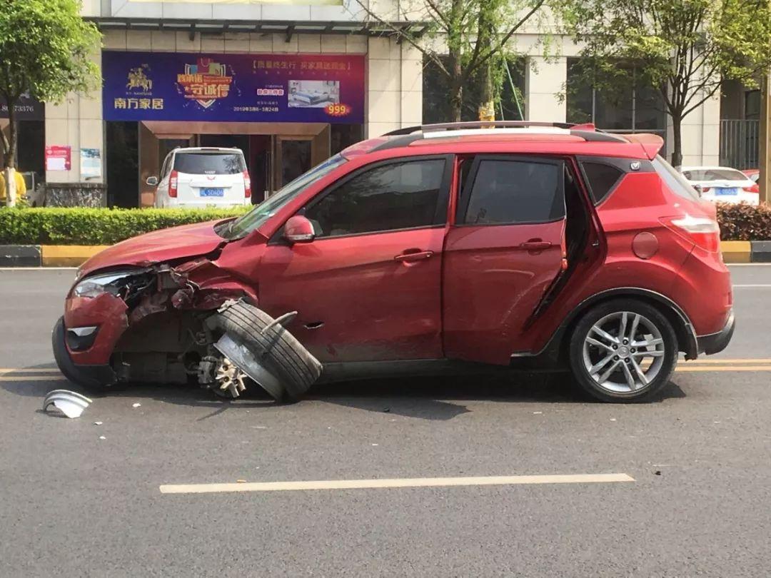 【网友爆料】夹江新地印象欧城外发生车祸,两小轿车相撞!