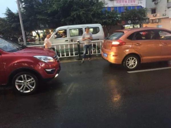东门口又发生一起追尾事故,雨天行车小技巧,安全注意需谨慎