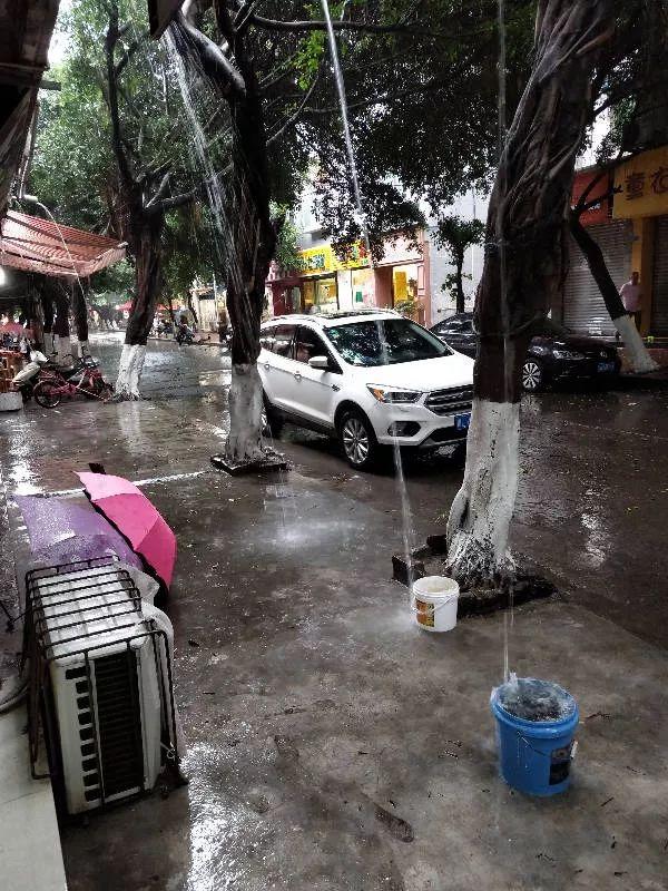 """网爆:一下雨夹江察院街成""""水帘洞""""到底怎么回事?"""