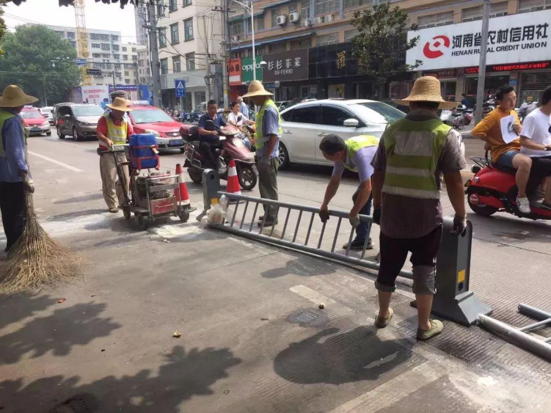 今后市区这条主干道上不允许停车了!停车位今日全部铲除!