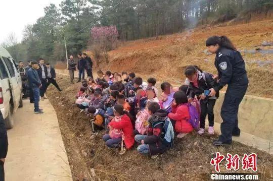太夸张!云南一辆6座面包车挤进43名小学生....